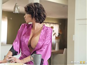 Mature dark-haired Josyln James deepthroating manmeat