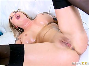 Payton West gets a fat manhood that makes her splatter